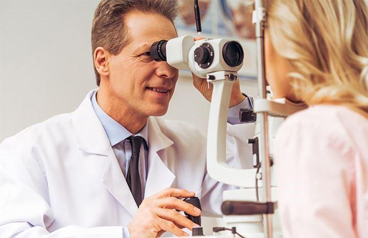 О каких проблемах со здоровьем говорят «мошки» перед глазами: объясняет врач