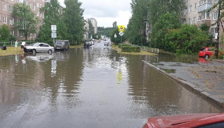 Воду откачивают с улиц Петрозаводска после дождя
