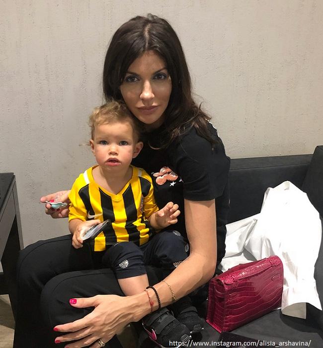 Бывшая жена футболиста Аршавина поделилась фото подросших дочерей