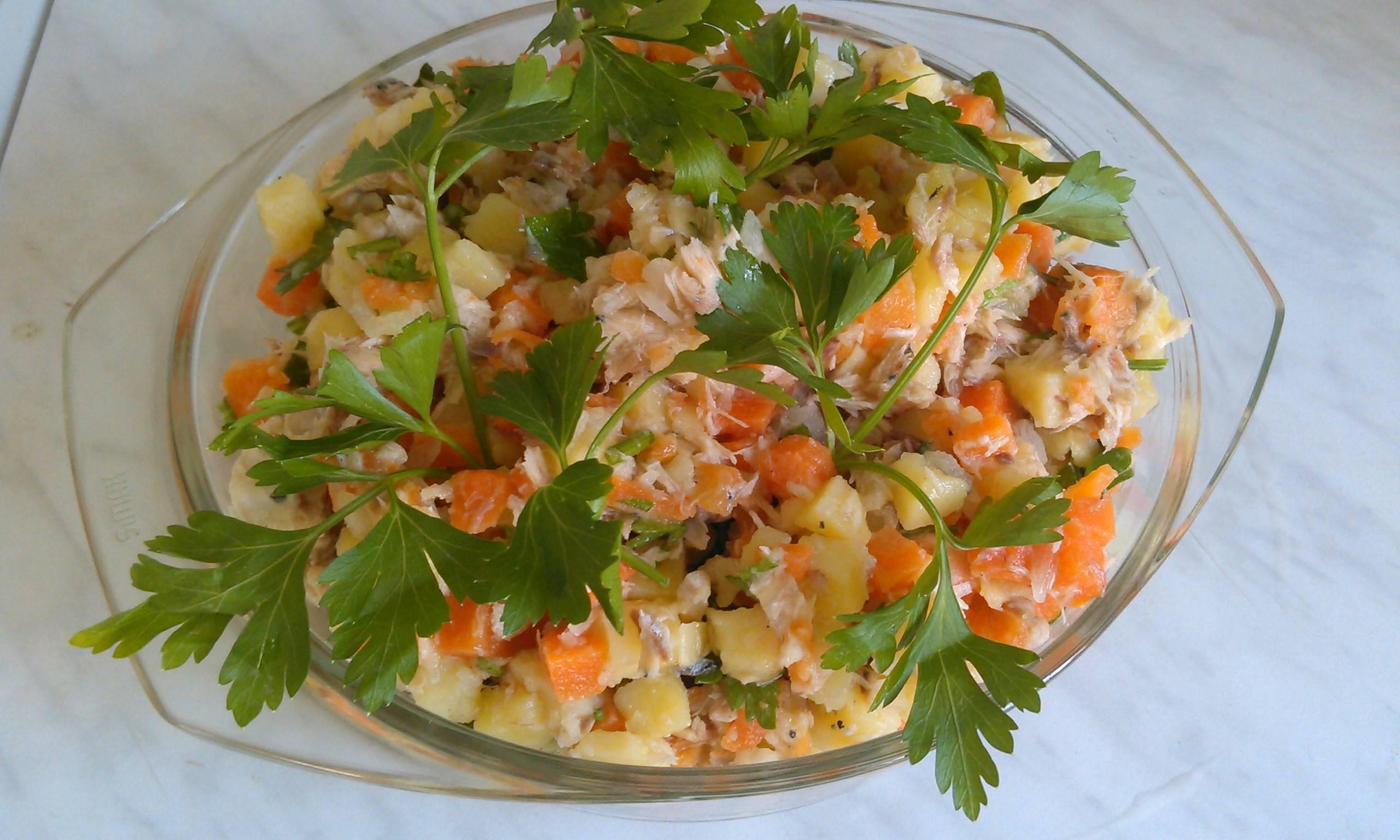 По-новому стала готовить салат из рыбных консервов. Вкуснее и проще. Секрет в заправке