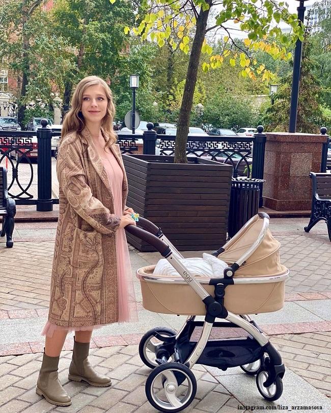 Елизавета  Арзамасова отметила первый день рождения сына