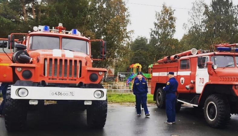Новую пожарную технику передали двум районам Карелии
